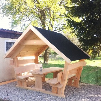 Gartenlaube aus Massivholz Sitzgarnitur mit Dach überdachte Gartengarnitur mit Schindeldach